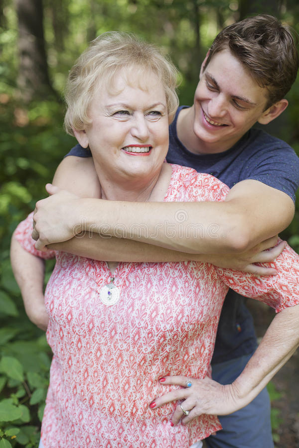 Nipote che abbraccia nonna immagine stock libera da diritti