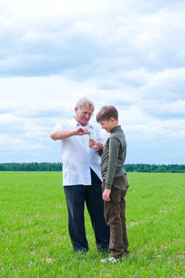 Nipote e nonno fotografia stock libera da diritti