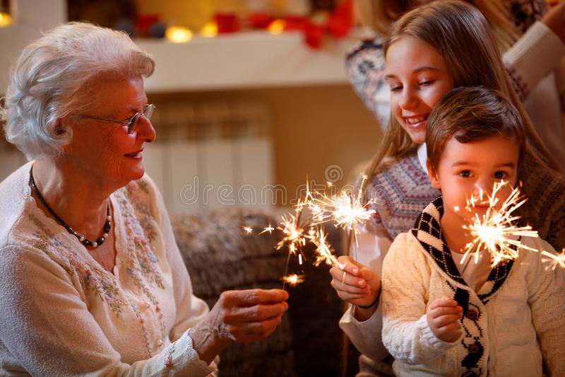 Nipoti e nonni con gli spruzzatori che celebrano natale fotografia stock