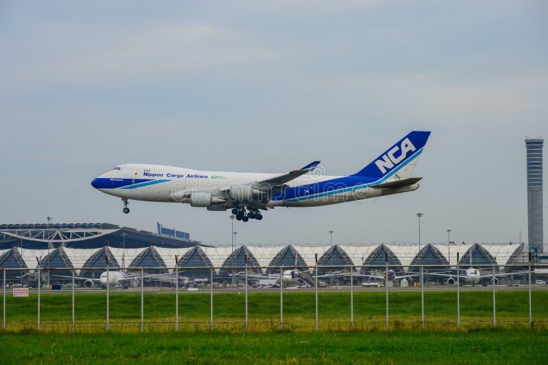 Nippon Cargo Airlines aplana a aterrissagem às pistas de decolagem no aeroporto internacional do suvarnabhumi em Banguecoque, Tai fotos de stock royalty free