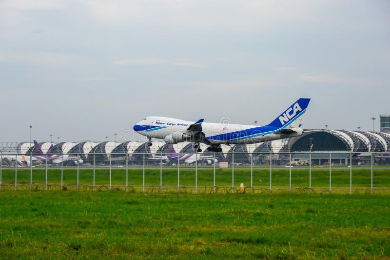 Nippon Cargo Airlines aplana a aterrissagem às pistas de decolagem no suvarnabhumi mim imagem de stock royalty free