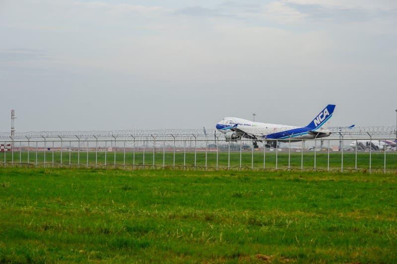 Nippon Cargo Airlines aplana a aterrissagem ?s pistas de decolagem no aeroporto internacional do suvarnabhumi em Banguecoque, Tai fotos de stock royalty free