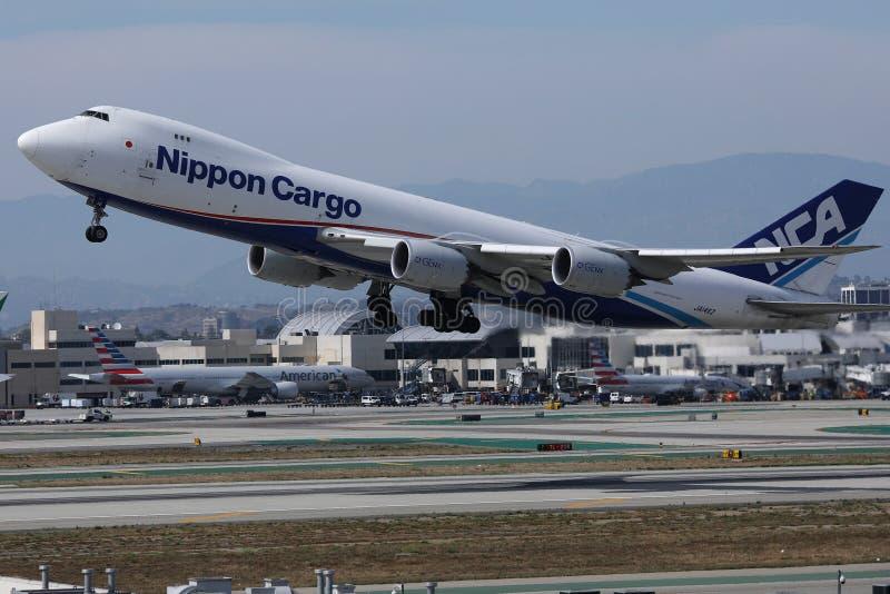 Nippon Cargo Airlines B747 decolando do aeroporto de Los Angeles, LAX foto de stock royalty free