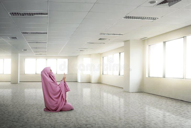 Niqab d'uso della giovane donna musulmana asiatica che prega al dio immagini stock