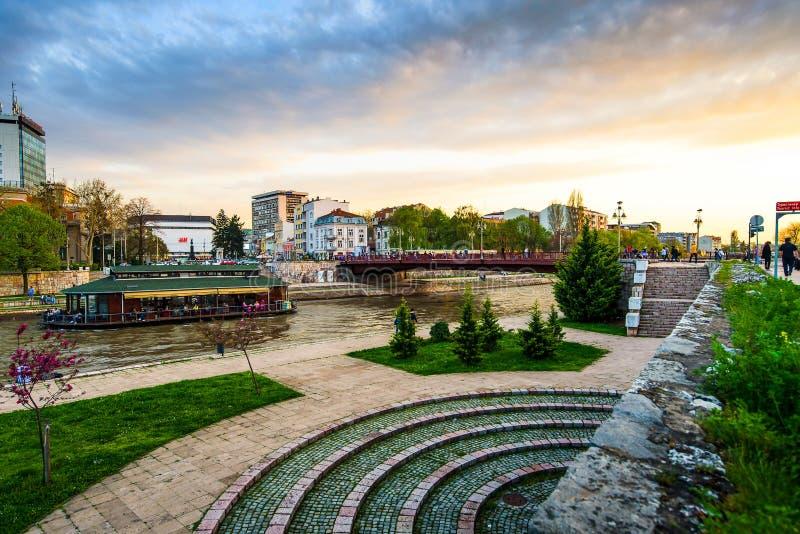 Nis,塞尔维亚- 2018年11月4日:Nis由Nisava河的地标视图城市镇定的日落的 免版税库存图片
