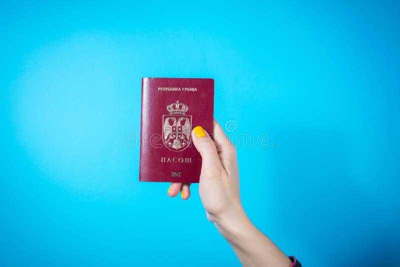 NIS SERBIEN - MAJ 18, 2016: Hållande serbiskt pass för kvinnahand royaltyfri fotografi
