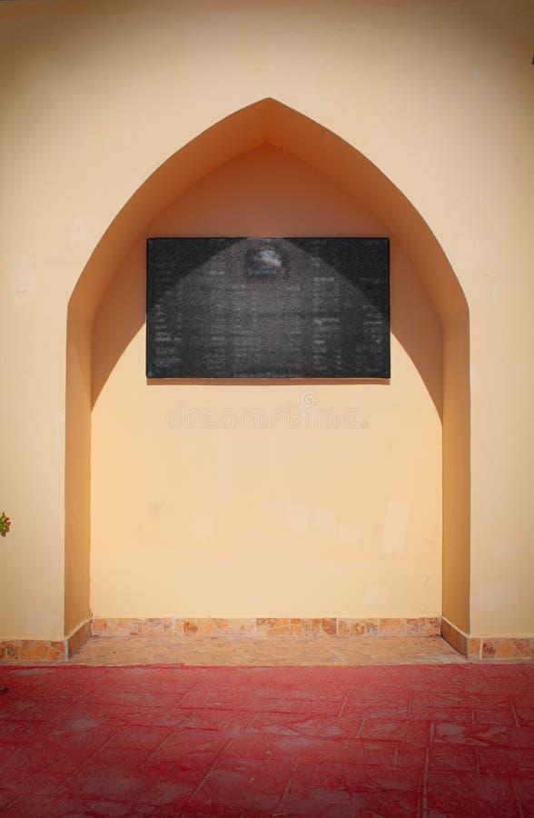 Nisch i väggen i den orientaliska stilen i detformade taket fotografering för bildbyråer