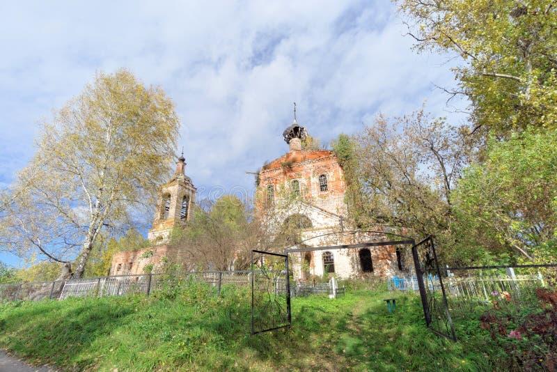 Nischni Nowgorod Region, Russland - 1. Oktober 2016 Verlassene orthodoxe Kirche am Kirchhof im Dorf Novinki stockfotos