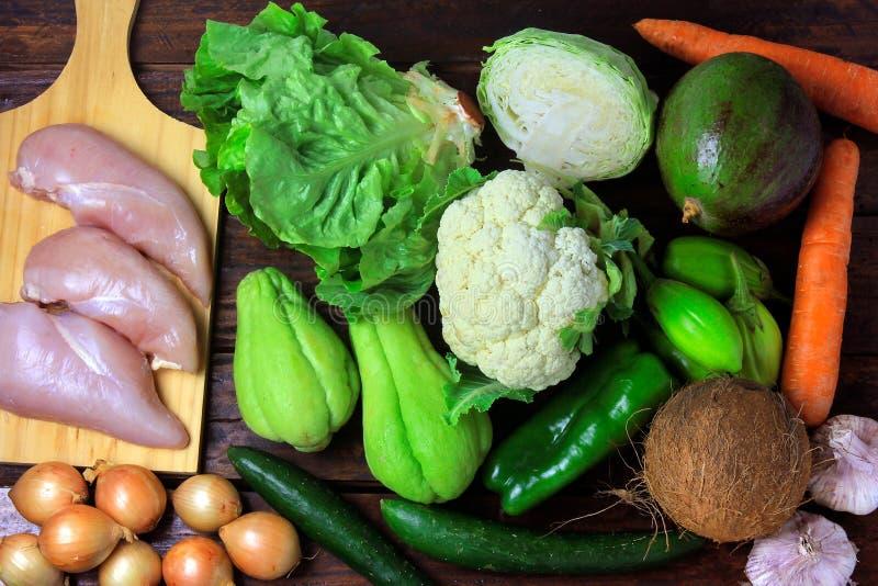 Niscy węglowodanowi foods spożywający w niskich carb, ketogenic i paelolitic dietach na nieociosanym drewnianym stole, zdjęcie stock
