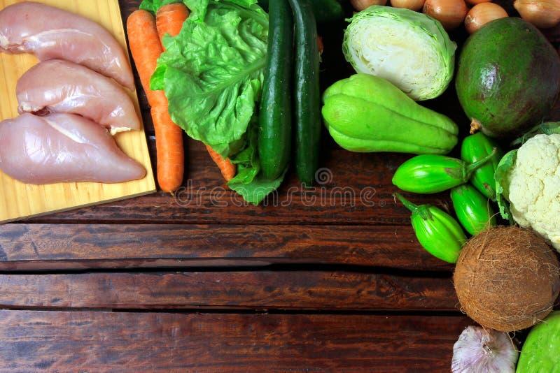 Niscy węglowodanowi foods spożywający w niskich carb, ketogenic i paelolitic dietach na nieociosanym drewnianym stole, obraz stock