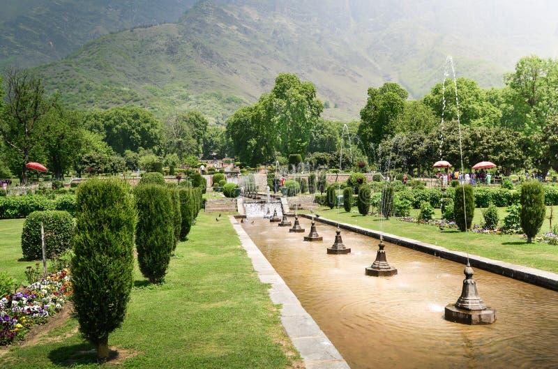 NISHAT BAGH, SRINAGAR, KASHMIR, INDIA-MAG, 2017: De mensen genieten van de zomer in de tuin van Nishat Bagh stock foto