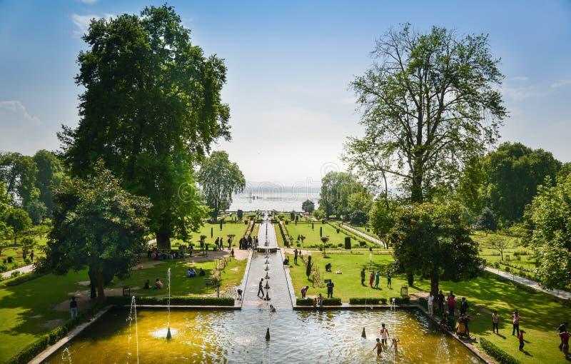 NISHAT BAGH, SRINAGAR, KASHMIR, INDIA-MAY, 2017: Folket tycker om sommar i den Nishat Bagh trädgården arkivbilder