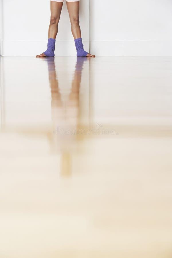 Niska sekcja balerina W próba pokoju obraz stock