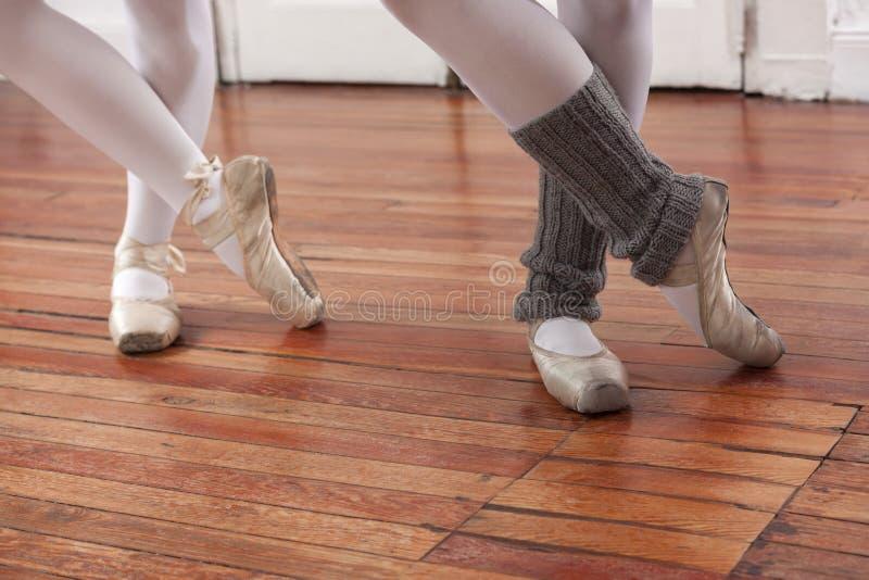 Niska sekcja baleriny Wykonuje Na podłoga zdjęcia royalty free