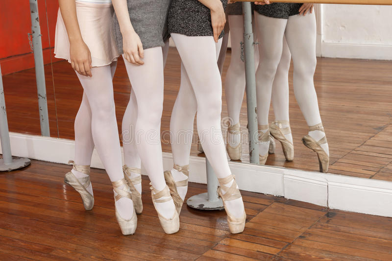 Niska sekcja baleriny Wykonuje Pointe Na podłoga fotografia stock