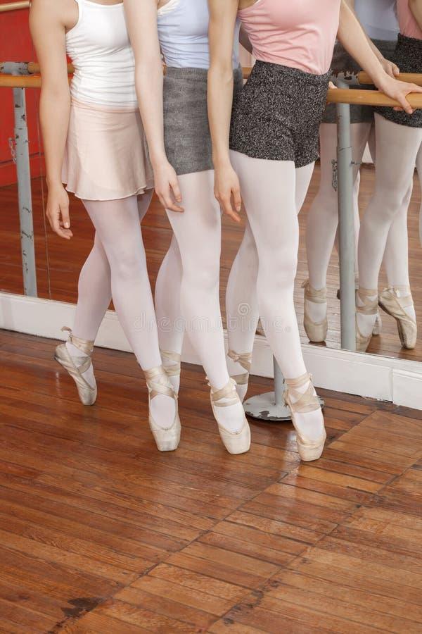 Niska sekcja Baletniczy tancerze Wykonuje Pointe obrazy stock
