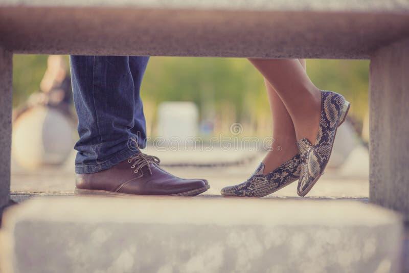 Niska sekcja, cropped wizerunek pary pozycja w eleganckich butach w parku blisko do each inny, obrazy royalty free