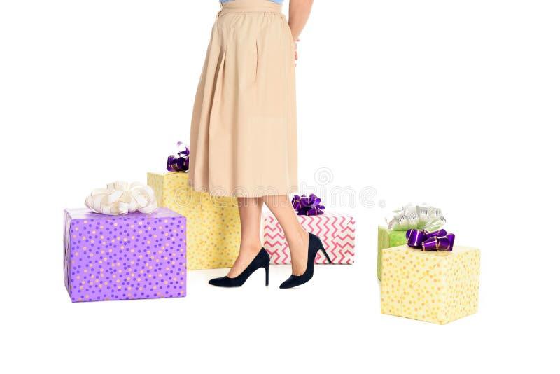 niska sekcja elegancka kobieta stoi blisko prezentów pudełek w spódnicie i wysokości heeled buty obrazy royalty free
