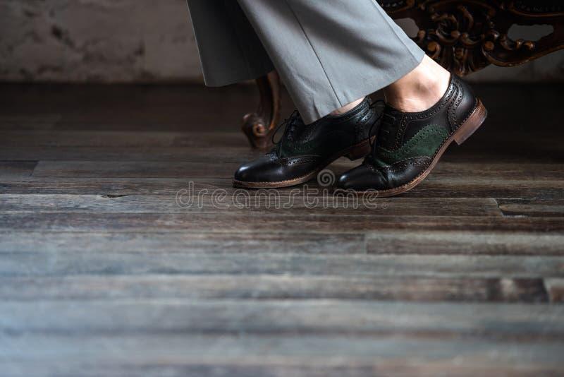 niska sekcja kobieta w eleganckich rzemiennych butach obrazy stock