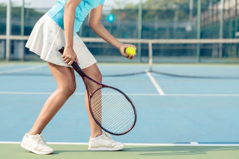 Niska sekcja młoda kobieta jest ubranym bielu spódnicowego i tenisowego but zdjęcie stock
