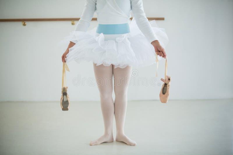 Niska sekcja trzyma baletniczych buty balerina zdjęcie royalty free