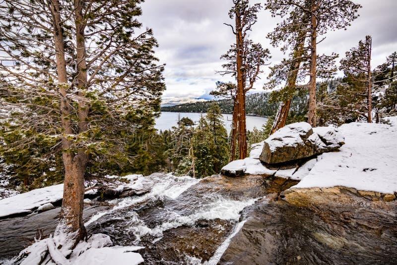 Niski Eagle spada na chmurnym zima dniu, szmaragdzie podpalanym i Jeziornym Tahoe widocznym w tle, fotografia stock