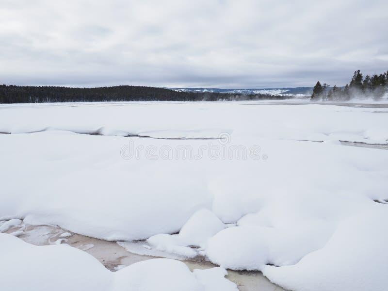 Niski gejzeru basen w zimie z Parowym wyd?wigni?ciem od Termicznej cechy zdjęcie stock