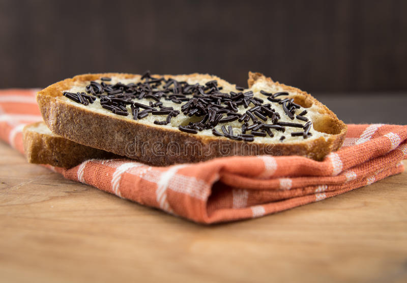 Niski kąt czekolada Kropi na chlebie fotografia stock