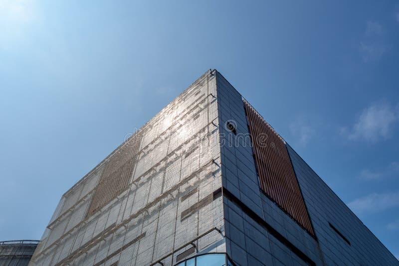 Niski kąt handlowy budynku jasnego niebieskiego nieba tło obrazy royalty free
