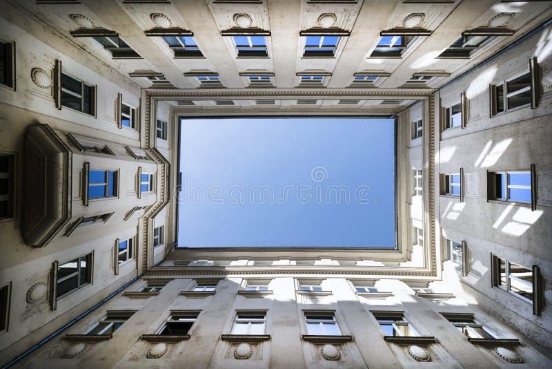 Niski kąt strzelający budynek z niebieskim niebem zdjęcia stock