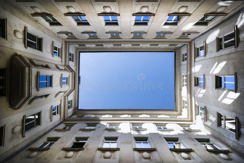 Niski kąt strzelający budynek z niebieskim niebem fotografia stock