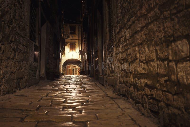Niski kąt strzelający chorwacka ulica zdjęcia stock