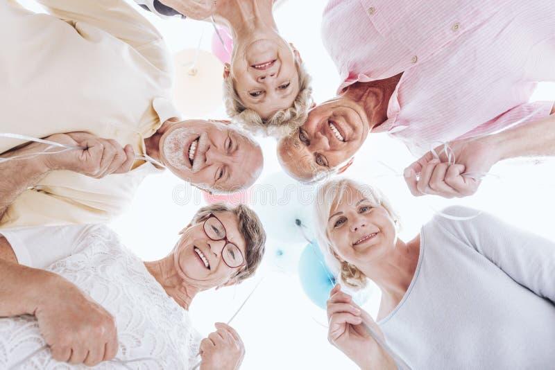 Niski kąt uśmiechnięci seniory zdjęcie stock