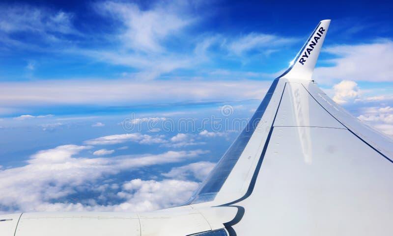 Niski koszt linia lotnicza Ryanair - widok samolotowy skrzydło i niebieskie niebo horyzont zdjęcia stock