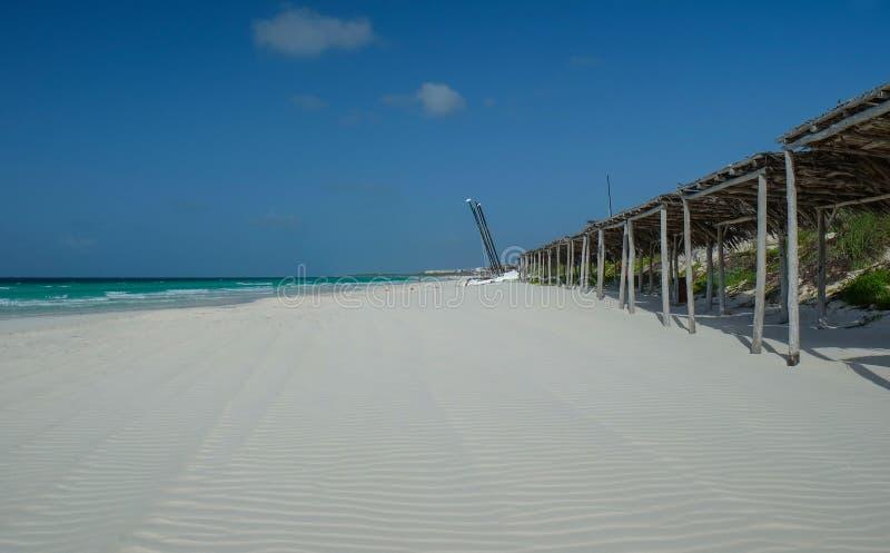 Niski przypływ przy niekończący się białą piaska kubańczyka plażą fotografia stock