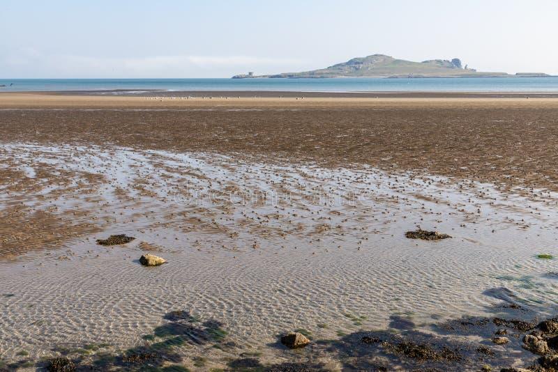 Niski przypływ w nory plaży z Irlandia oczu wyspą w tle zdjęcie royalty free