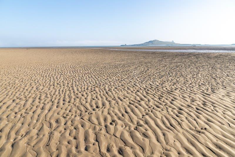 Niski przypływ w nory plaży z Irlandia oczu wyspą w tle zdjęcia royalty free