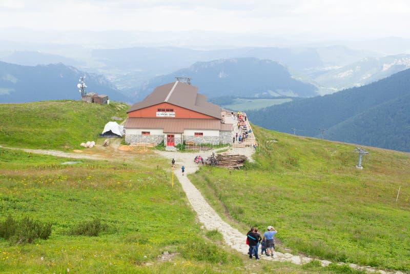 Niski Tatras Sistani, Lipiec, -, 2018: tury?ci wycieczkuje blisko turysty domu na Chleb g?rze w Niskim Tatras, Sistani zdjęcie stock