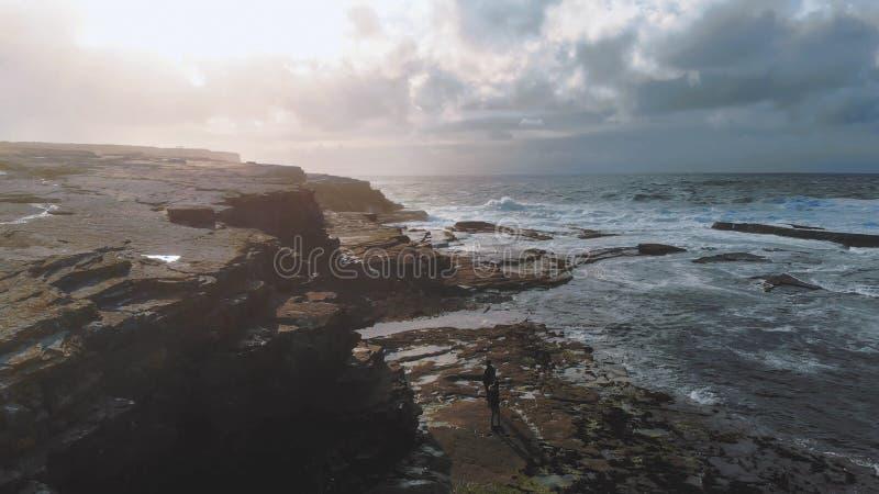 Niski widok z lotu ptaka nad skalistą zatoką Kilkee przy Irlandzkim zachodnim wybrzeżem obraz royalty free