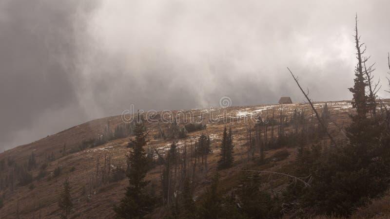 Niskich chmur dryf nad szczytem Brian głowy szczyt w Południowym Utah na zimnym Października dniu zdjęcia stock