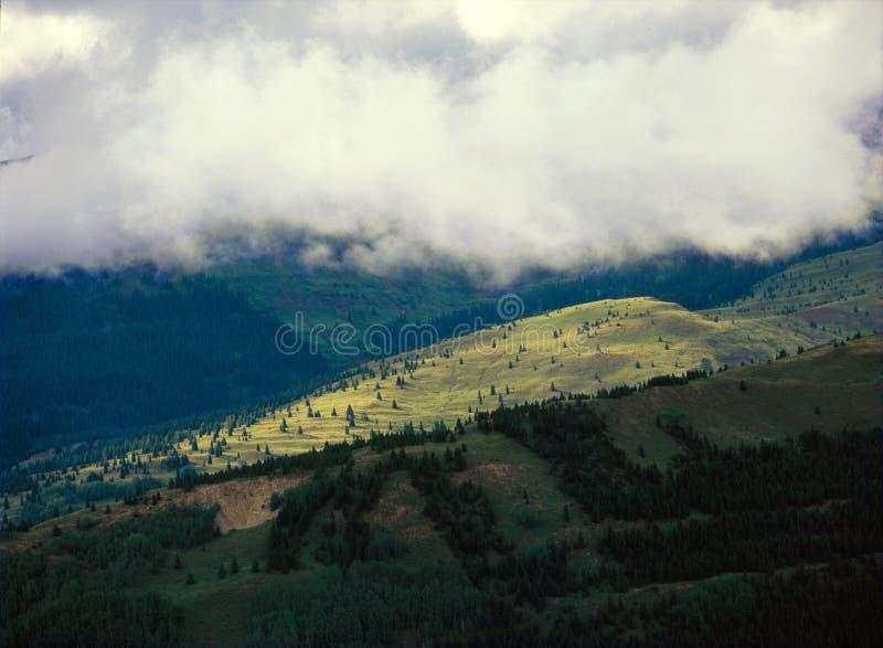 Niskie chmury w Weminuche pustkowiu, krateru Jeziorny ślad, San Juan las państwowy, Kolorado obraz royalty free
