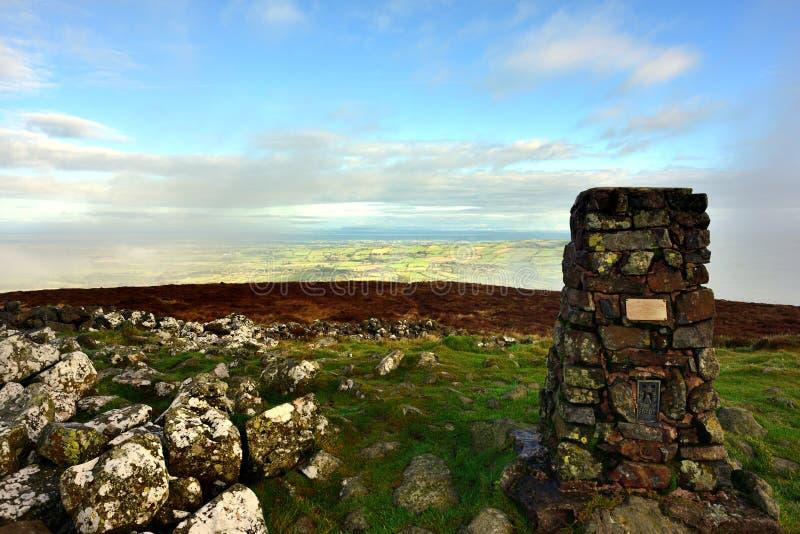 Niskie chmury wokoło szczytu Binsey fotografia stock