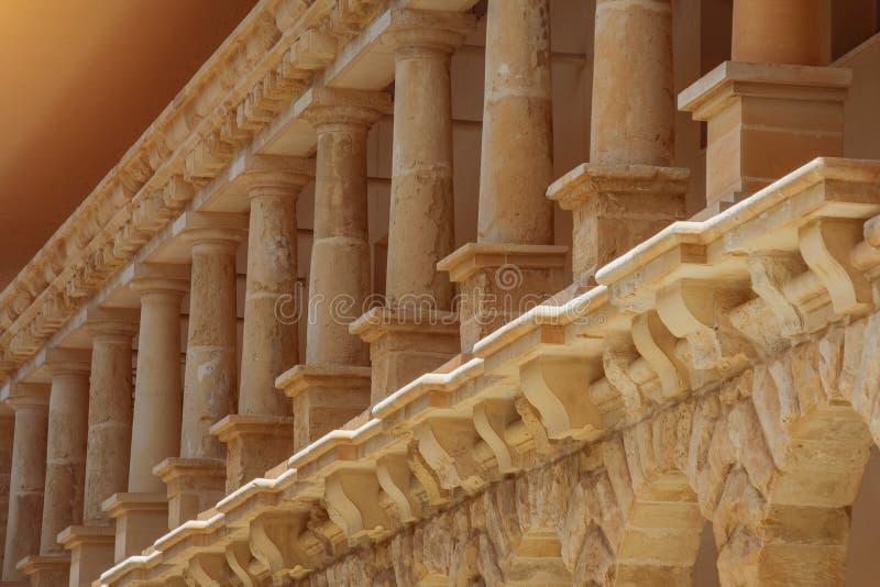 Niskie kolumny pomarańczowy wapnia kamień, elementy zewnętrznie architektura fotografia stock