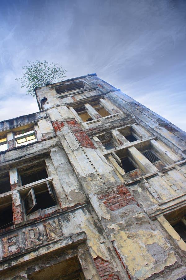 Niskiego kąta Architektoniczny szczegół fasada stary budynek Przeciw Jasnemu niebieskiemu niebu obrazy stock