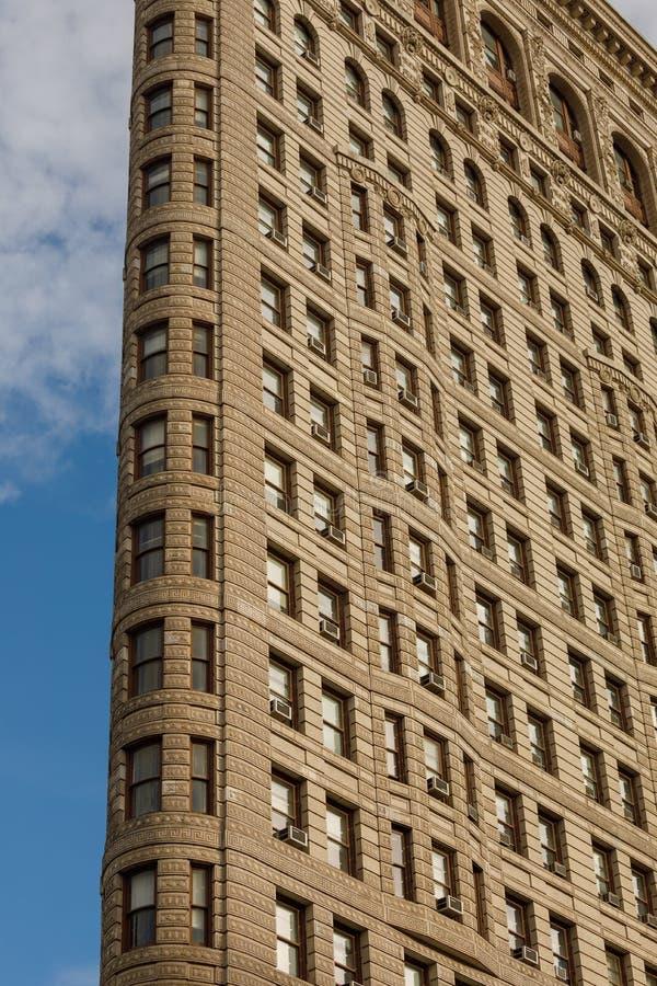 Niskiego kąta Architektoniczny Zewnętrzny widok górne piętra Historyczny Flatiron budynek w Manhattan, Miasto Nowy Jork fotografia stock