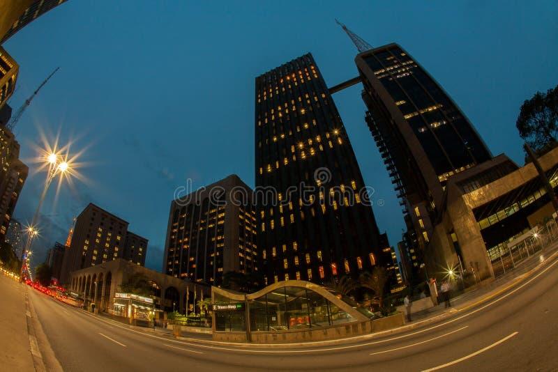 Niskiego kąta fisheye korporacyjni budynki przy nocą w paulista alei - Brazylia fotografia royalty free