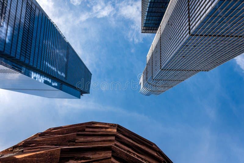Niskiego kąta graficzny widok drapacz chmur i naczynie buduje części, pogodny niebieskie niebo, Miasto Nowy Jork - wizerunek fotografia royalty free