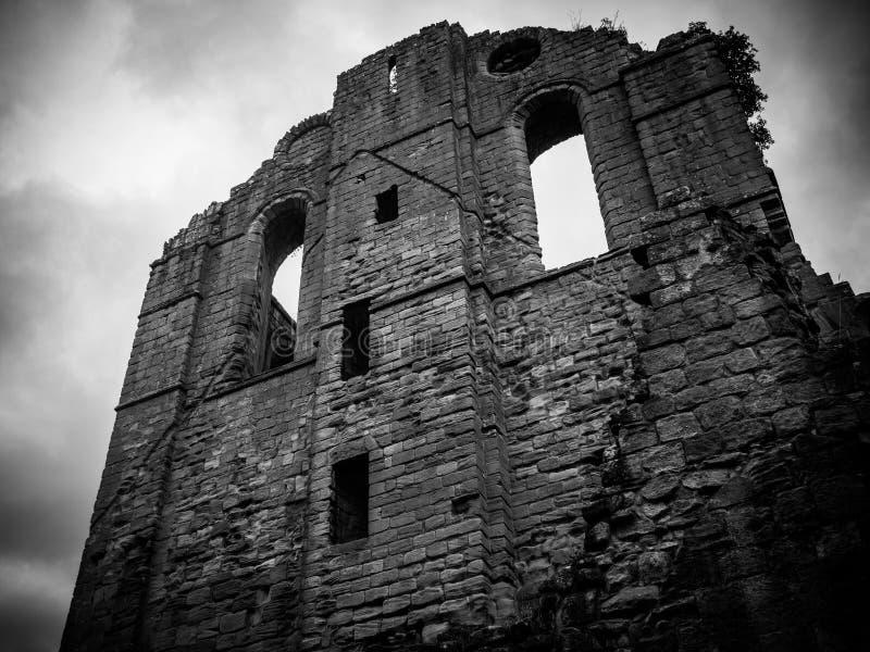 Niskiego kąta strzał Markotne ruiny w czarny i biały przy fontanny opactwem w Yorkshire obraz stock