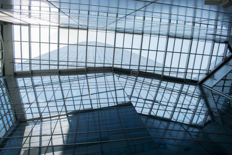Niskiego kąta strzał szklani biznesowi budynki z odbiciami i jasnym niebem zdjęcie royalty free