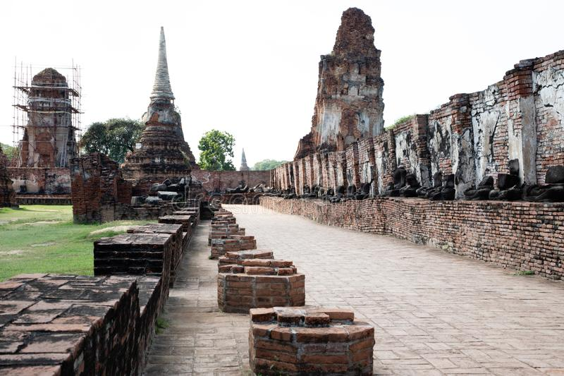 Niskiego kąta widok ścieżka od rujnującej świątyni od Ayutthaya zdjęcia royalty free